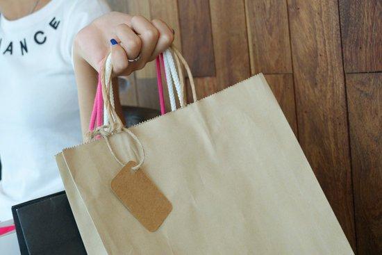 Cómo elegir qué bolsa de papel y de qué color utilizar en tu negocio